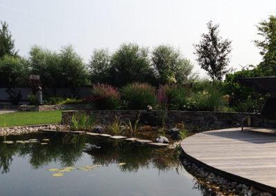 Gartenteich bauen lassen mit Terrasse